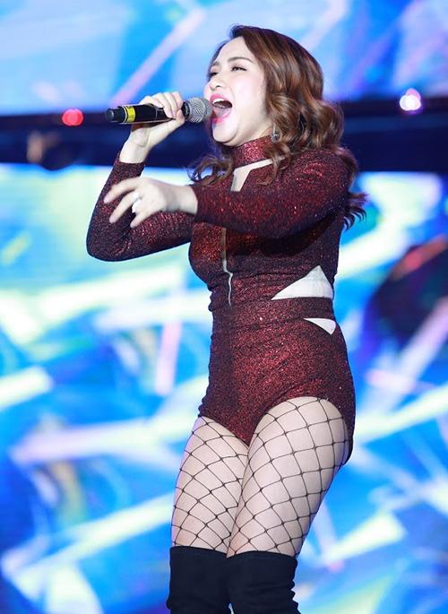Thời điểm năm 2017, Hòa Minzy xuống phong độ nhan sắc vì bất ngờ tăng cân không phanh. Cô nàng nặng gần 60 kg với số đo vòng eo là 72 cm, gặp khó khăn trong việc diện những bộ quần áo gợi cảm.