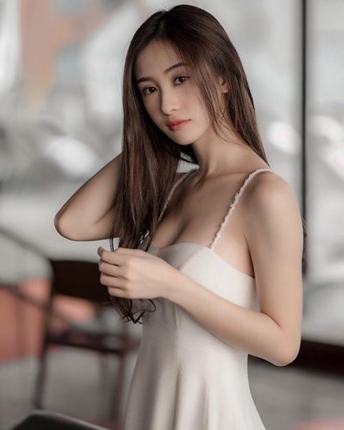 2018 là một năm thành công của Jun Vũ, từ khi cô nghiêm túc theo đuổi sự nghiệp điện ảnh cũng như lột xác 180 độ từ phong cách nhẹ nhàng sang sexy. Người đẹp công khai nâng cấp vòng một để cải thiện vóc dáng.