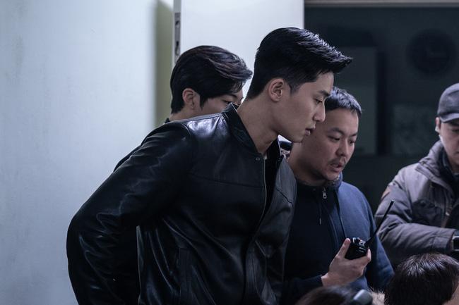Hé lộ ảnh hậu trường cực điển trai của Park Seo Joon trong phim điện ảnh mới - Ảnh 2.
