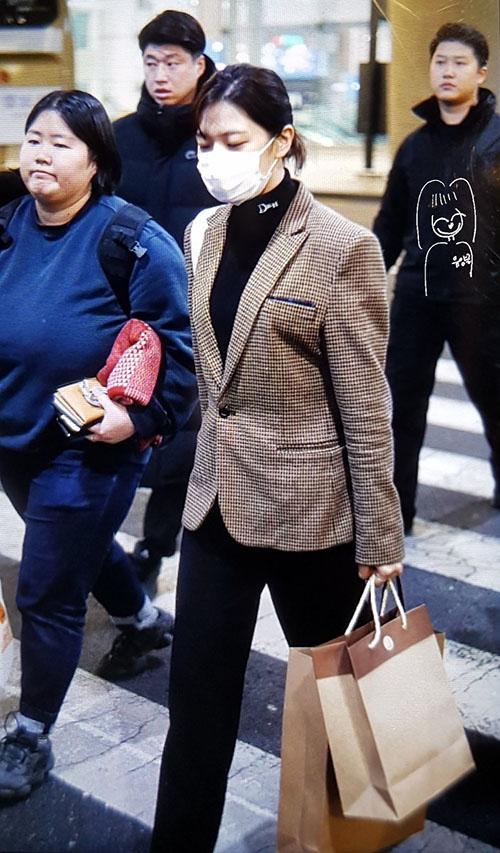 Jennie diện đồ khó hiểu, Twice có style chất lừ ở sân bay - 8