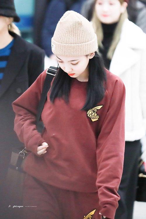 Jennie diện đồ khó hiểu, Twice có style chất lừ ở sân bay - 7