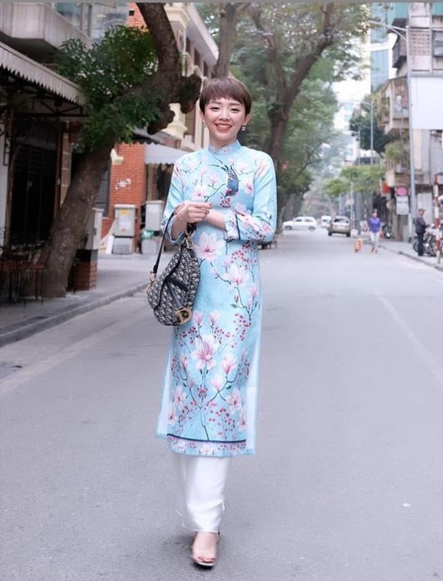 Ngày đầu tiên của năm mới, nữ ca sĩ Tóc Tiên chọn cho mình bộ áo dài màu xanh với họa tiết hoa đua nhau khoe sắc vô cùng thanh lịch và sang trọng.