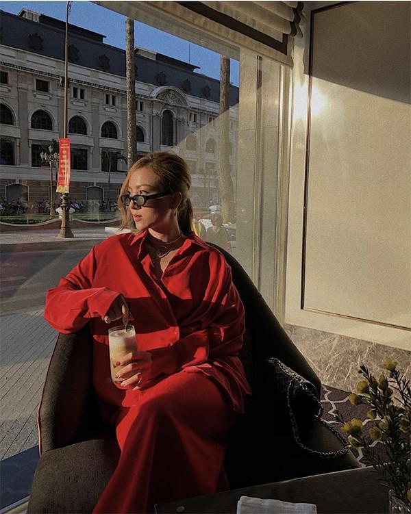 Ca sĩ Yến Nhi chọn nguyên set đồ đỏ khi xuống phố cà phê vào những ngày đầu năm mới.