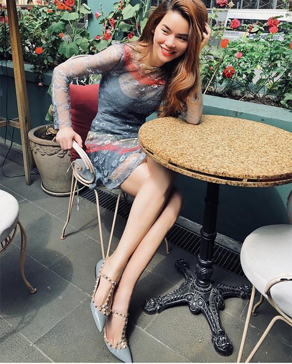 Mồng 3 Tết Kỷ Hợi, ca sĩ Hồ Ngọc Hà chọn váy xuyên thấu phối cùng giầy nạm đinh để đi cà phê và ngắm phố xá yên bình vào những ngày đầu năm.