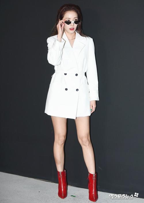 Cựu thành viên 2NE1 trở thành nhân vật chiếm spotlight tại sự kiện nhờ style độc đáo. Cô diện trang phục màu trắng đơn giản, đi kèm giày đỏ và
