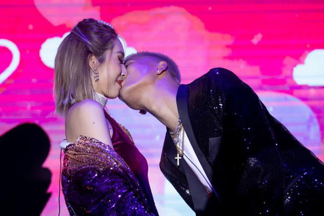 Emily - BigDaddy khóa môi nồng cháy trước 1000 khán giả trong đêm Valentine Trắng - Ảnh 7.