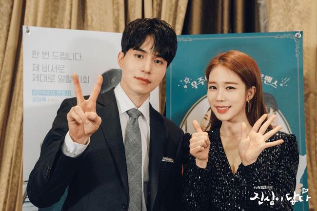 Lee Dong Wook dùng son dưỡng đắt gấp đôi son của Yoo In Na trong phim mới - Ảnh 1.
