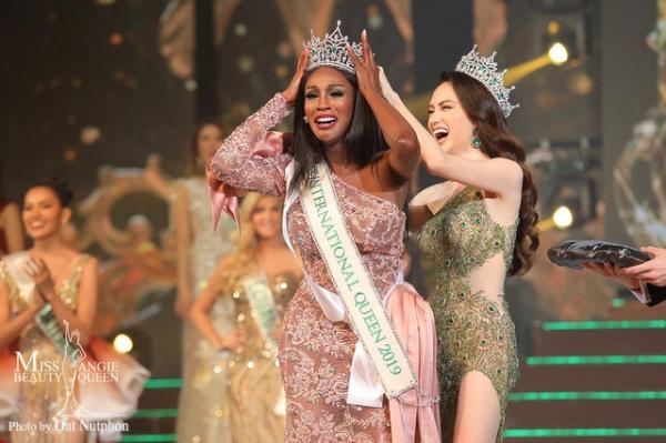 Vừa đăng quang, Hoa hậu Chuyển giới Mỹ bị khui video nhảy thoát y phản cảm