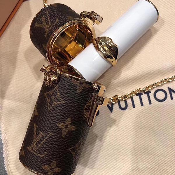 Nàng sành điệu cũng có thể móc chiếc hộp bé xinh này vào túi xách chính như một trang trí đểtăng thêm đẳng cấp cho vẻ ngoài.