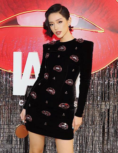 Là fashionista hàng đầu Vbiz, Khánh Linh luôn chứng tỏ mức độ chịu chi cho phụ kiện hàng hiệu. Ngoài bộ sưu tập túi xách bạc tỷ của Louis Vuitton - thương hiệu cô nàng yêu thích nhất - chân dài 24 tuổi còn sở hữu rất nhiều chiếc túi xách tí hon đắt đỏ.
