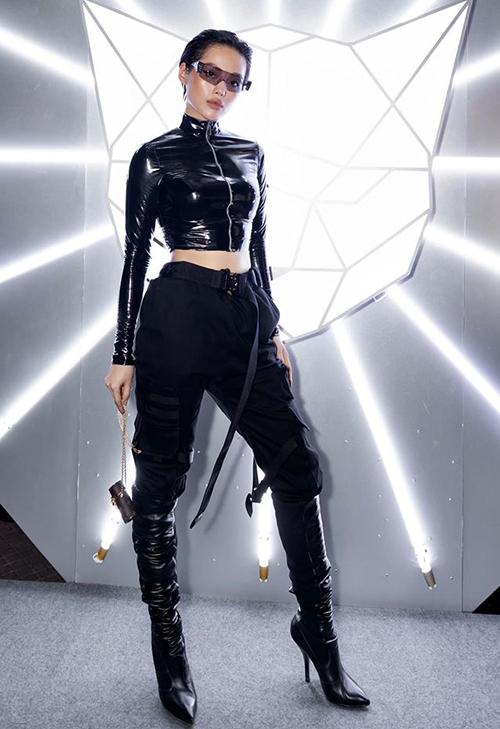 Khánh Linh là khách mời trong đêm khai mạc Tuần lễ thời trang quốc tế Việt Nam tối 11/4. Cô nàng đến dự show Chung Thanh Phong với bộ đồ đen cả câytái hiện một cat-woman mạnh mẽ, cá tính.
