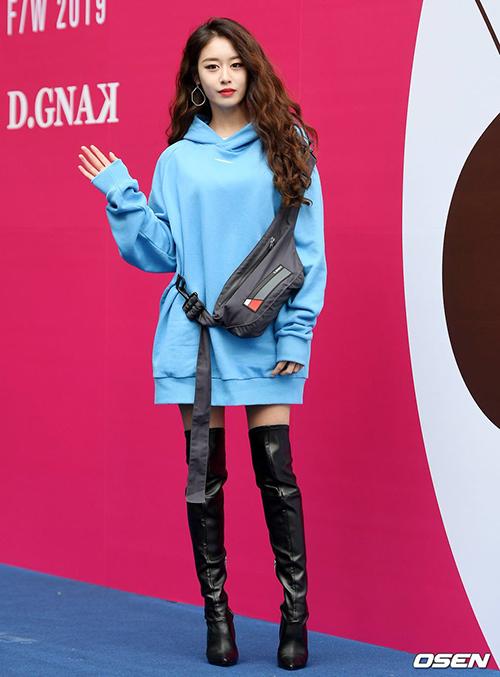 Ji Yeon khiến fan lo lắng khi ngày càng gầy gò, lộ cặp đùi nhỏ xíu thiếu sức sống khi mặc mốt giấu quần.