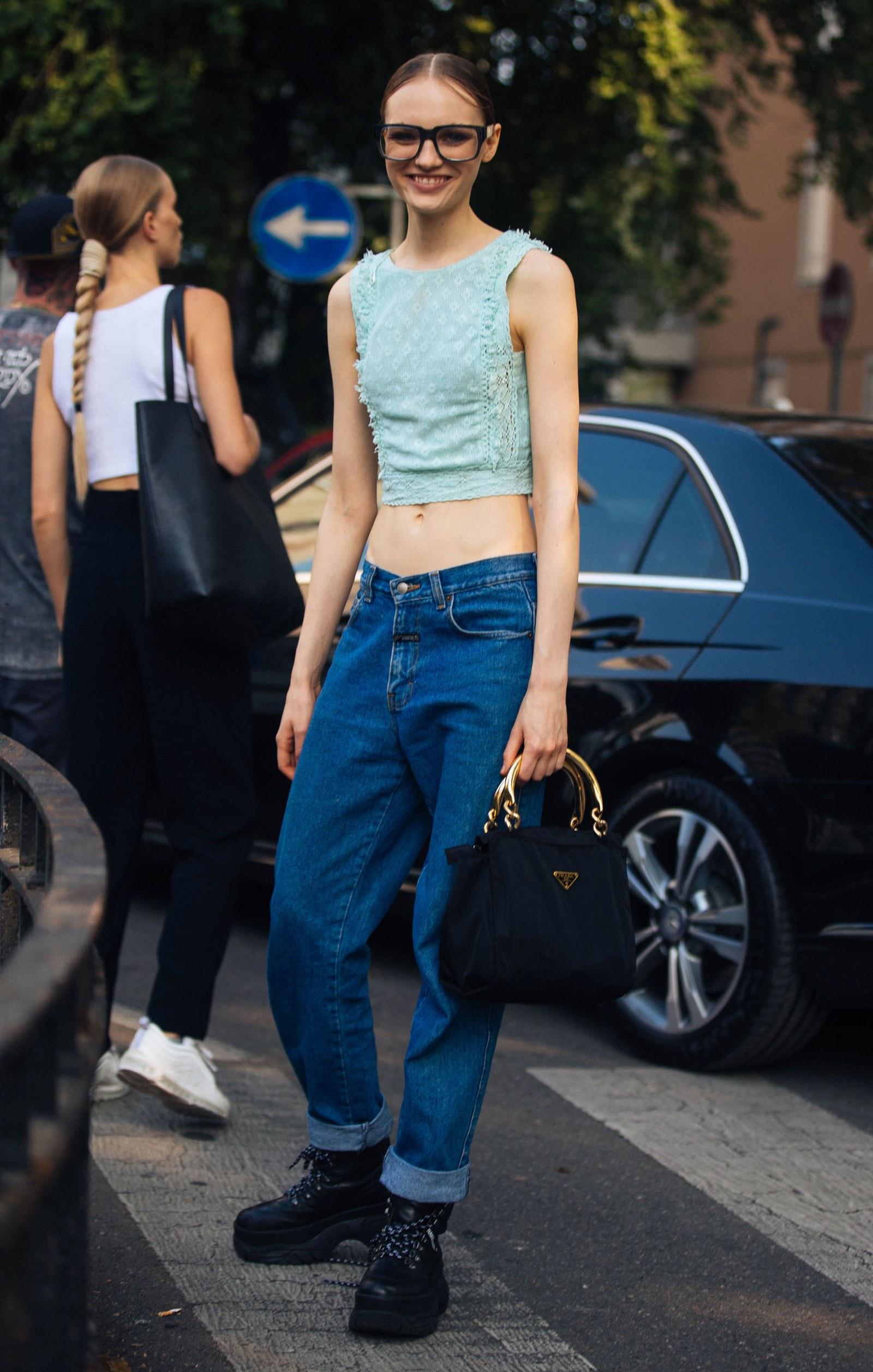 xu hướng thời trang quần jeans cạp trễ add 2