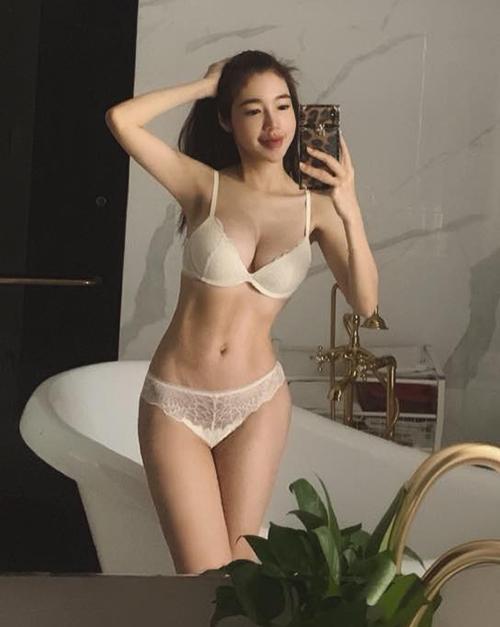Dù đã là mẹ hai con, Elly Trần vẫn có thân hình mảnh mai, gợi cảm đáng ghen tỵ. Vòng hai của cô luôn được duy trì trong khoảng 54-58cm, nổi múi cơ rõ nét.