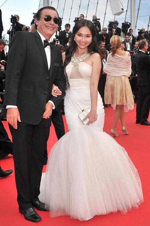 Váy khoét vòng một được Kim Hiền lựa chọn, tuy nhiên dáng đuôi cá khá sến chưa phù hợp với vóc dáng nhỏ bé của người đẹp.