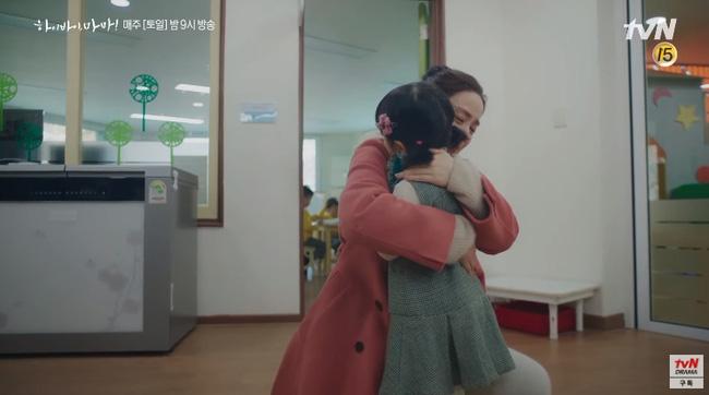 """""""Hi Bye, Mama"""" tập 2: Kim Tae Hee quay lại thành người sau 5 năm làm hồn ma, bật khóc khi ôm con gái vào lòng - Ảnh 7."""