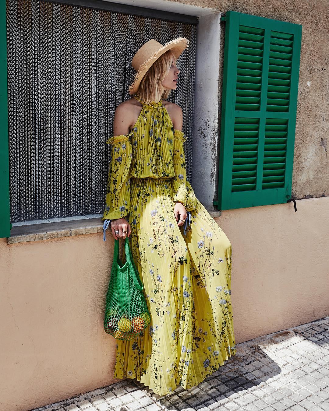 Váy mùa hè voan dài in hoa màu vàng, mũ cói đi biển