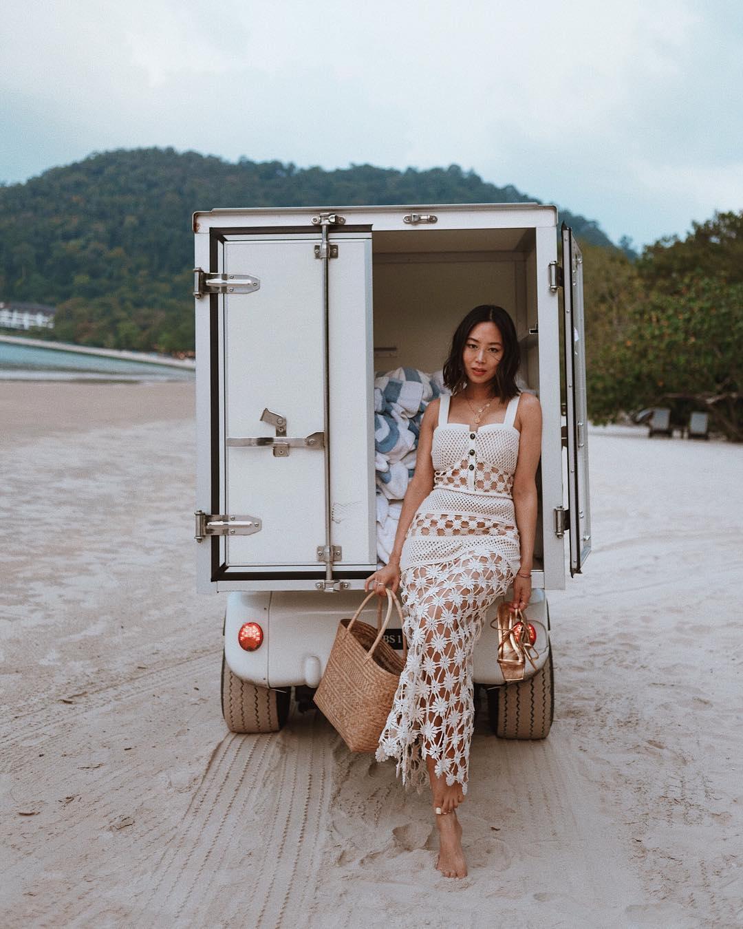 Fashionista Aimee Song mặc váy mùa Hè đan móc màu trắng đi biển