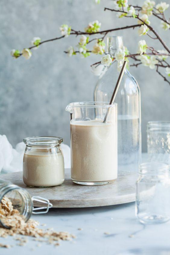Sử dụng sữa lạnh thường xuyên sẽ giúp làm giảm quầng thâm mắt.