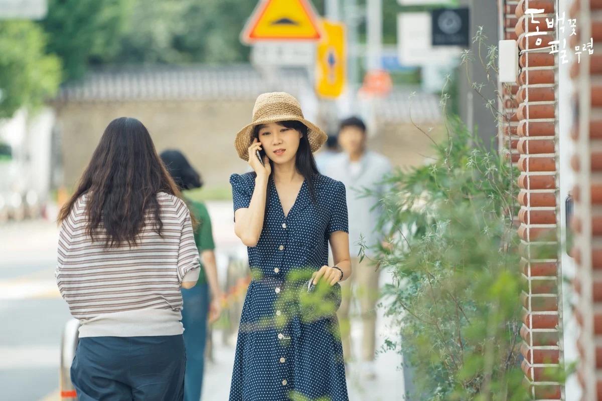 Thời trang trong phim khi hoa trà nở - Gong Hyo Jin mặc đầm chấm bi đội mũ cói