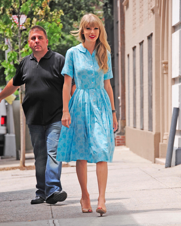 Taylor Swift mặc đầm dài dáng sơ mi màu xanh da trời