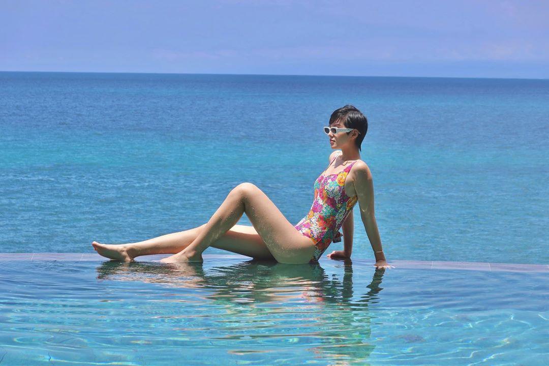 khánh linh mặc đồ bơi một mảnh họa tiết hoa màu sắc