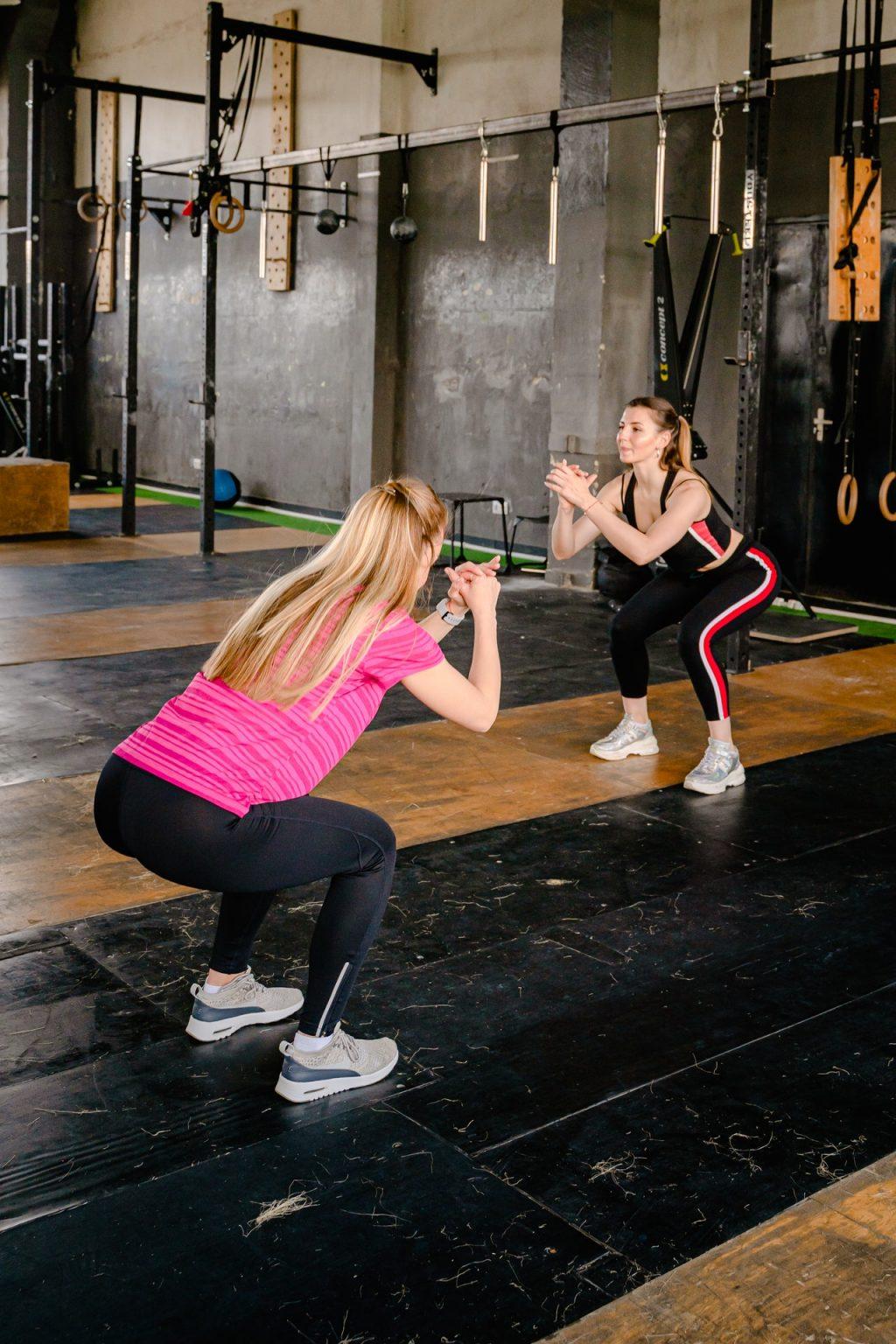 hai người phụ nữ đang squat