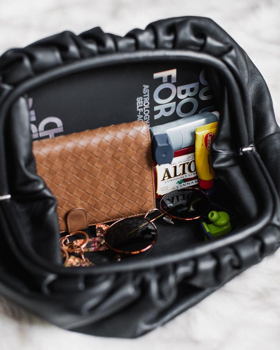 thiết kế bên trong túi cầm tay pouch clutch bottega veneta
