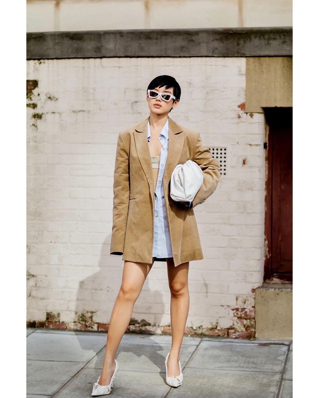 klinhnd mặc trang phục menswear mang túi cầm tay màu trắng