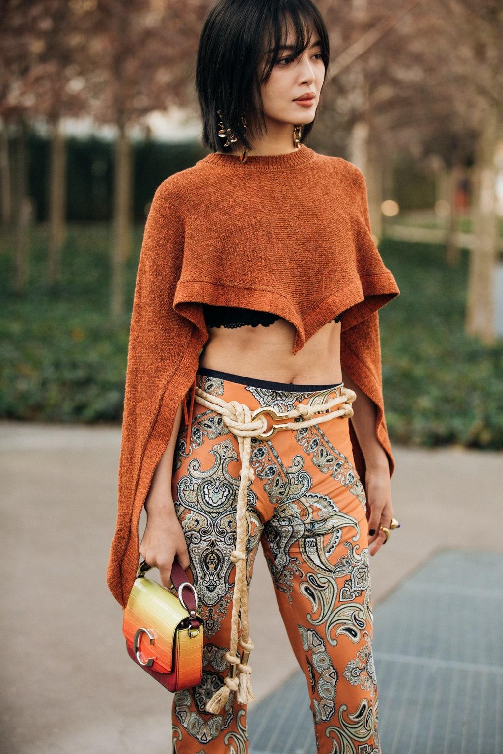 Cô gái mặc croptop, quần họa tiết đeo thắt lưng dây thừng