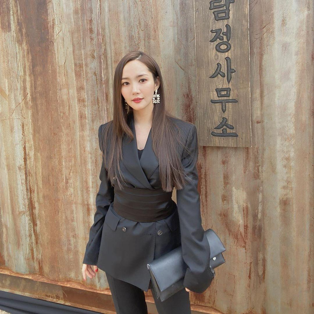 Park Min Young mặc âu phục đen đeo thắt lưng da