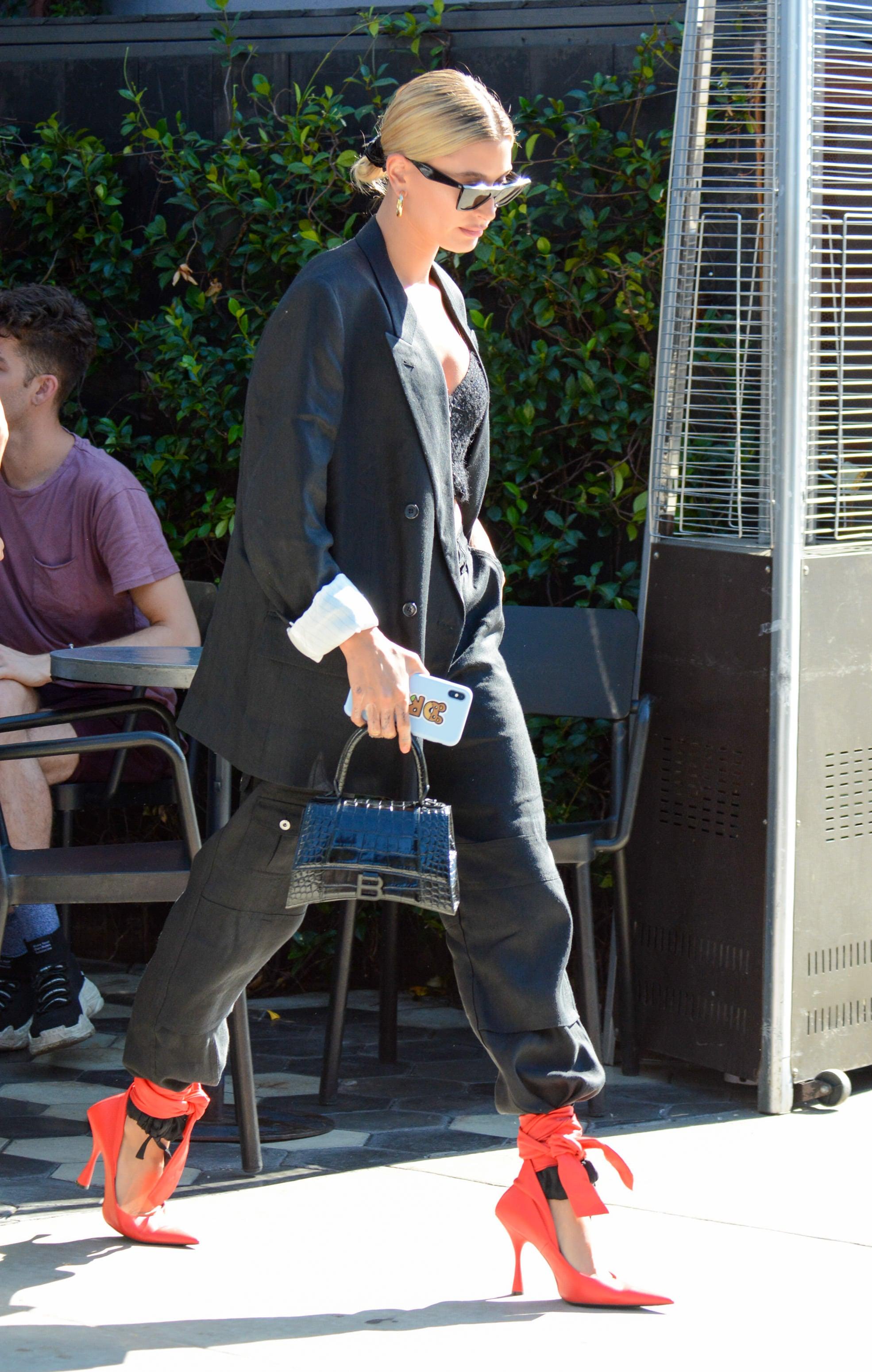 Hailey Bieber mang giày dây cao gót mũi nhọn màu đỏ