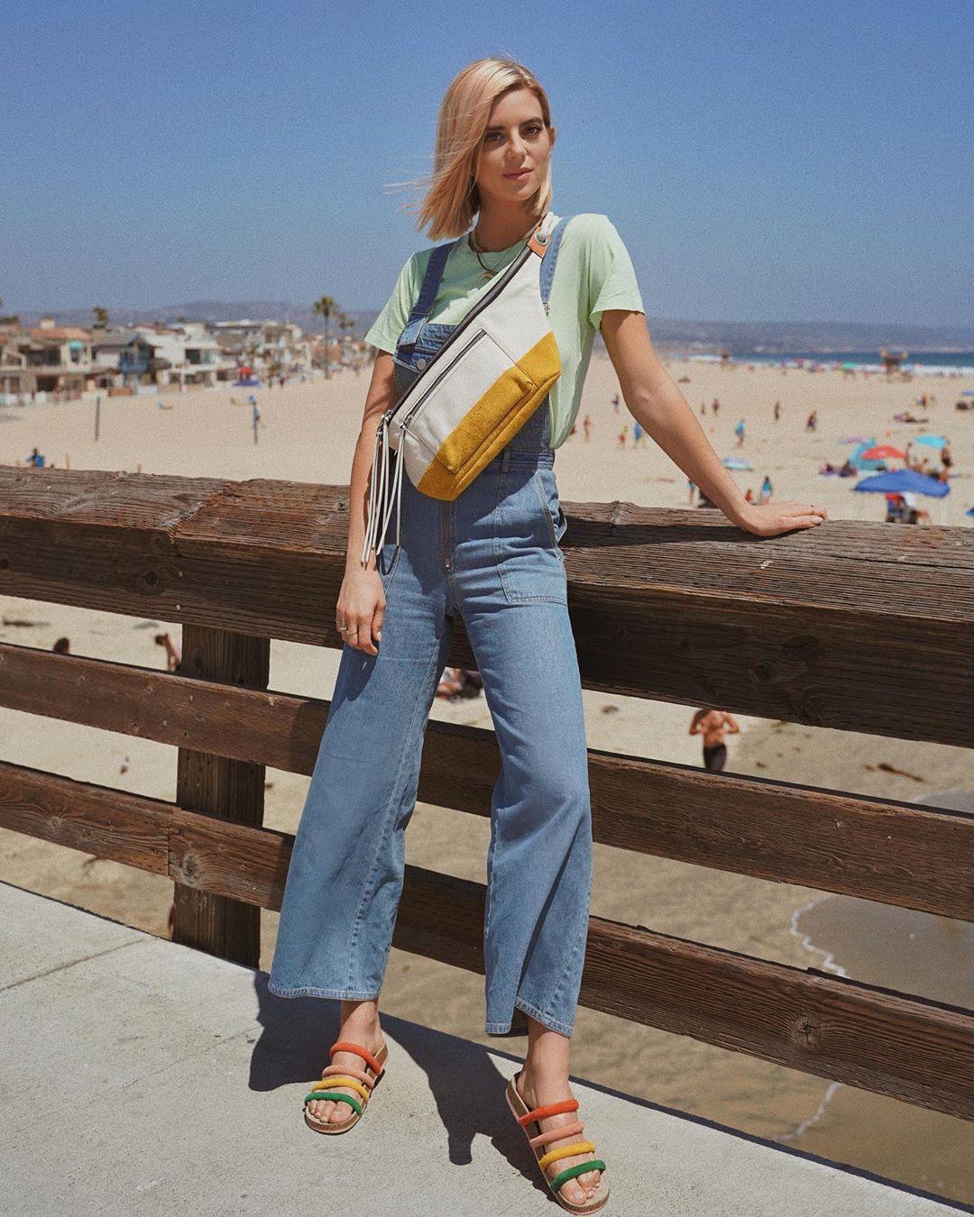 Cô gái mặc áo thun, quần jeans, mang dép nữ nhiều màu