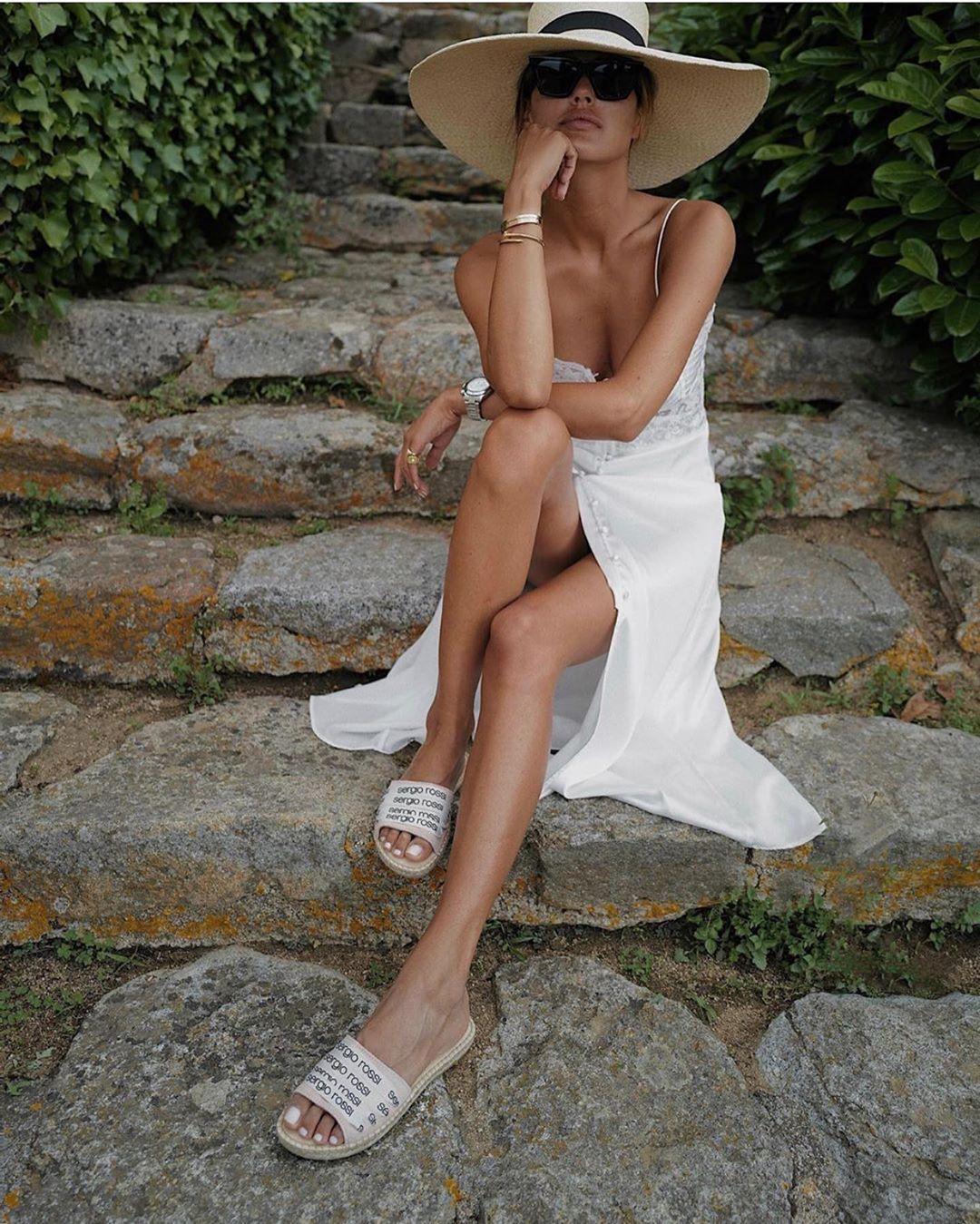 Cô gái mặc đầm trắng, mang dép nữ bằng cói
