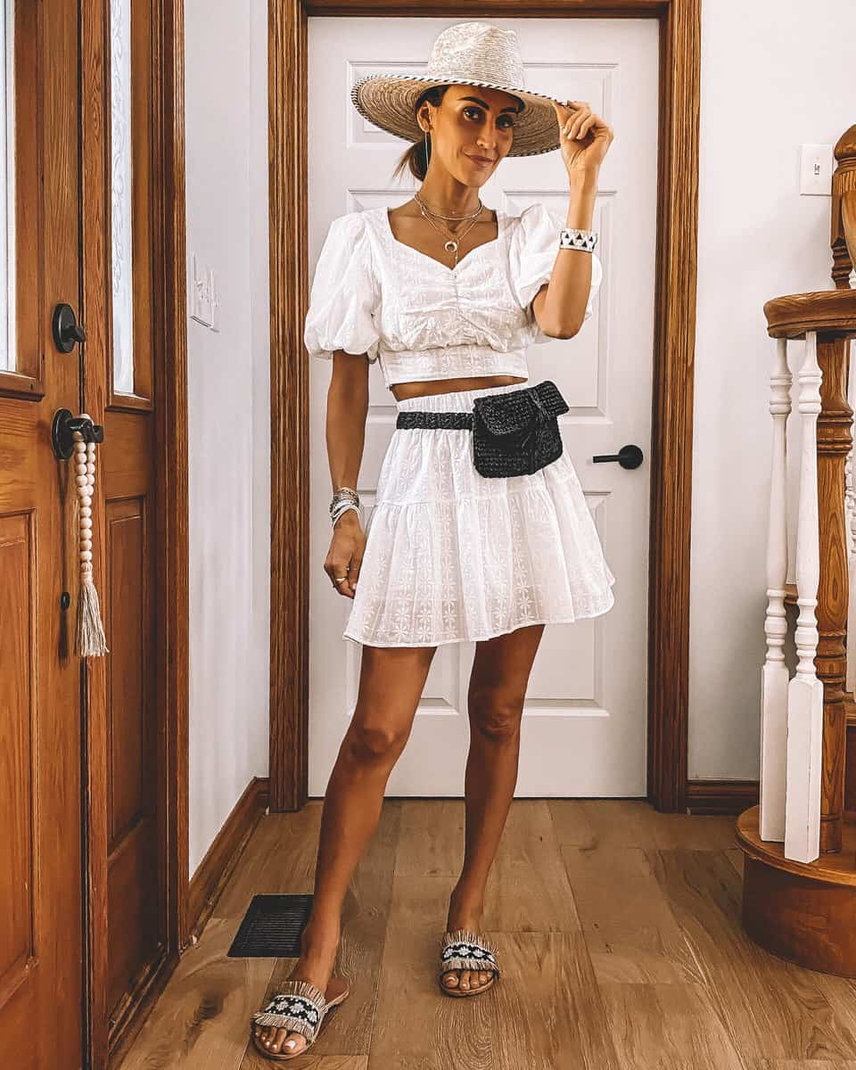 Cô gái mặc đồ trắng, mang dép nữ cói tua rua