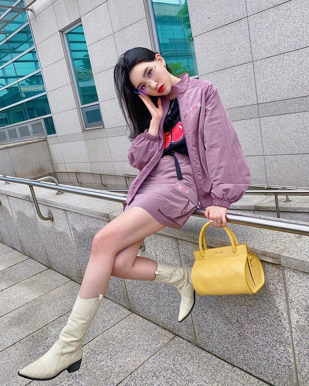 túi màu vàng mù tạt phối với trang phục tím
