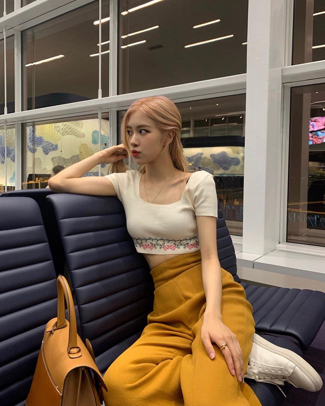 cô gái mặc quần màu vàng mù tạt phối với áo trắng