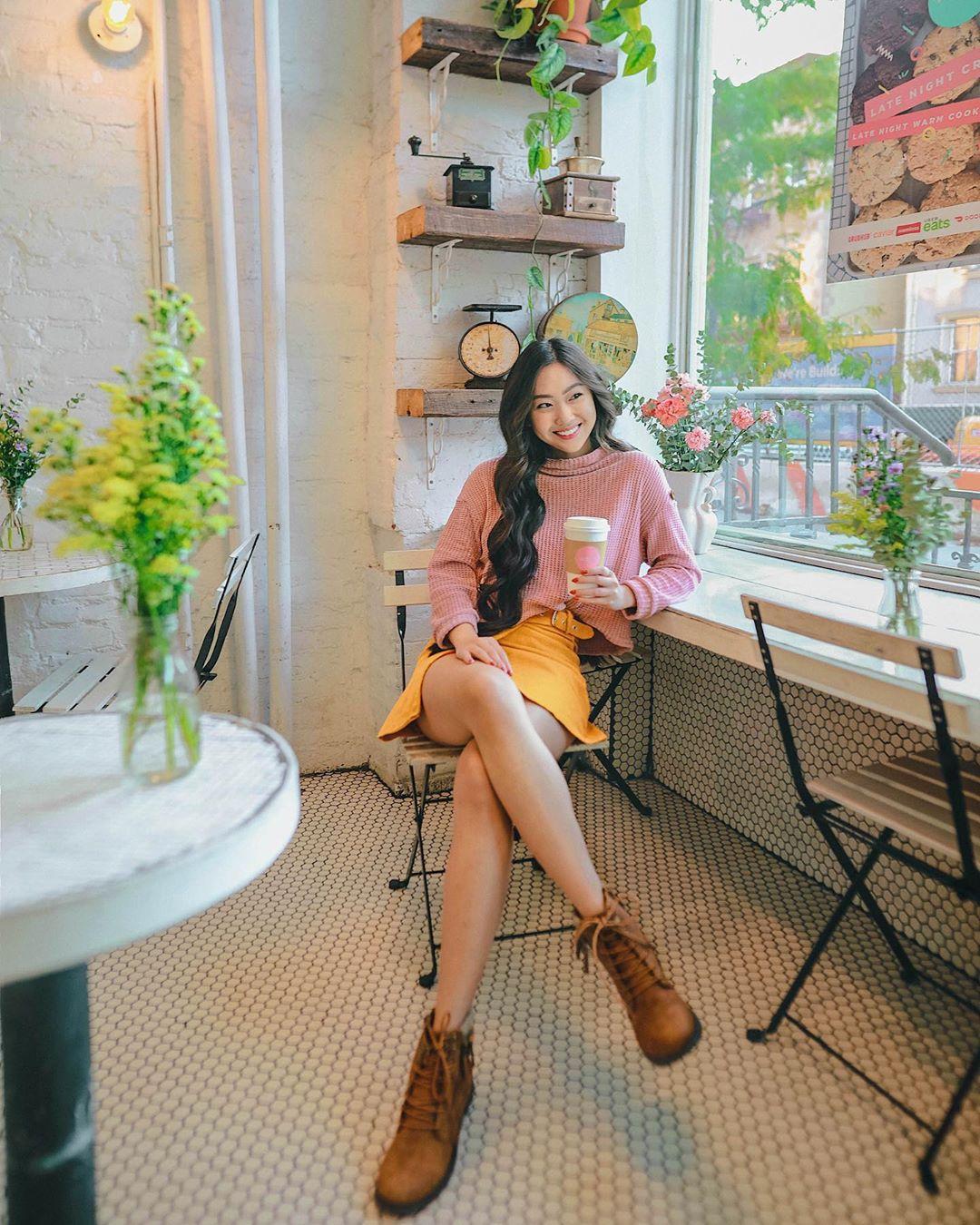 cô gái mặc váy màu vàng mù tạt phối cùng áo sweater hồng