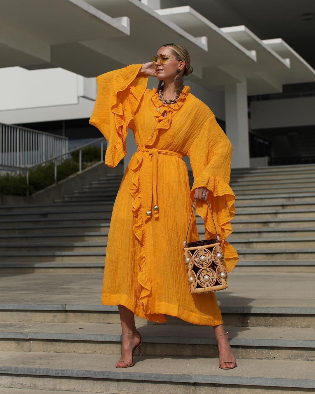 đầm màu vàng saffron theo phong các maximalism