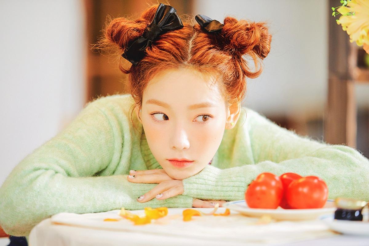 Taeyeon đeo phụ kiện tóc nơ lụa trong mv Happy