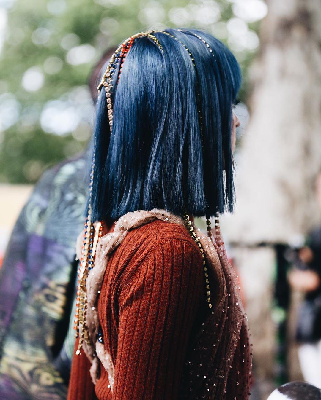 Cô gái tóc xanh đeo phụ kiện tóc dạng chuỗi