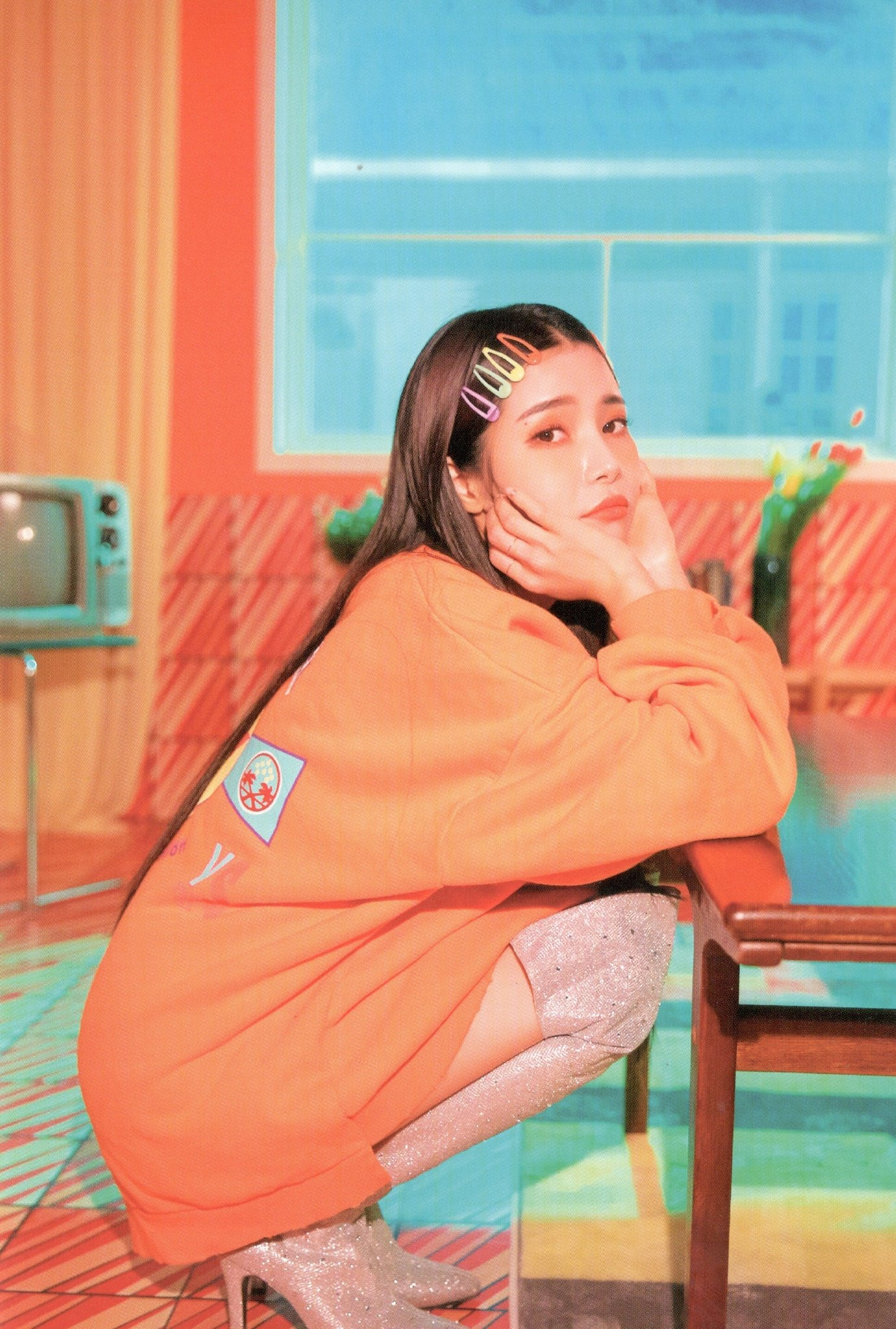 Solar Mamamoo đeo phụ kiện tóc kẹp nhựa đủ màu