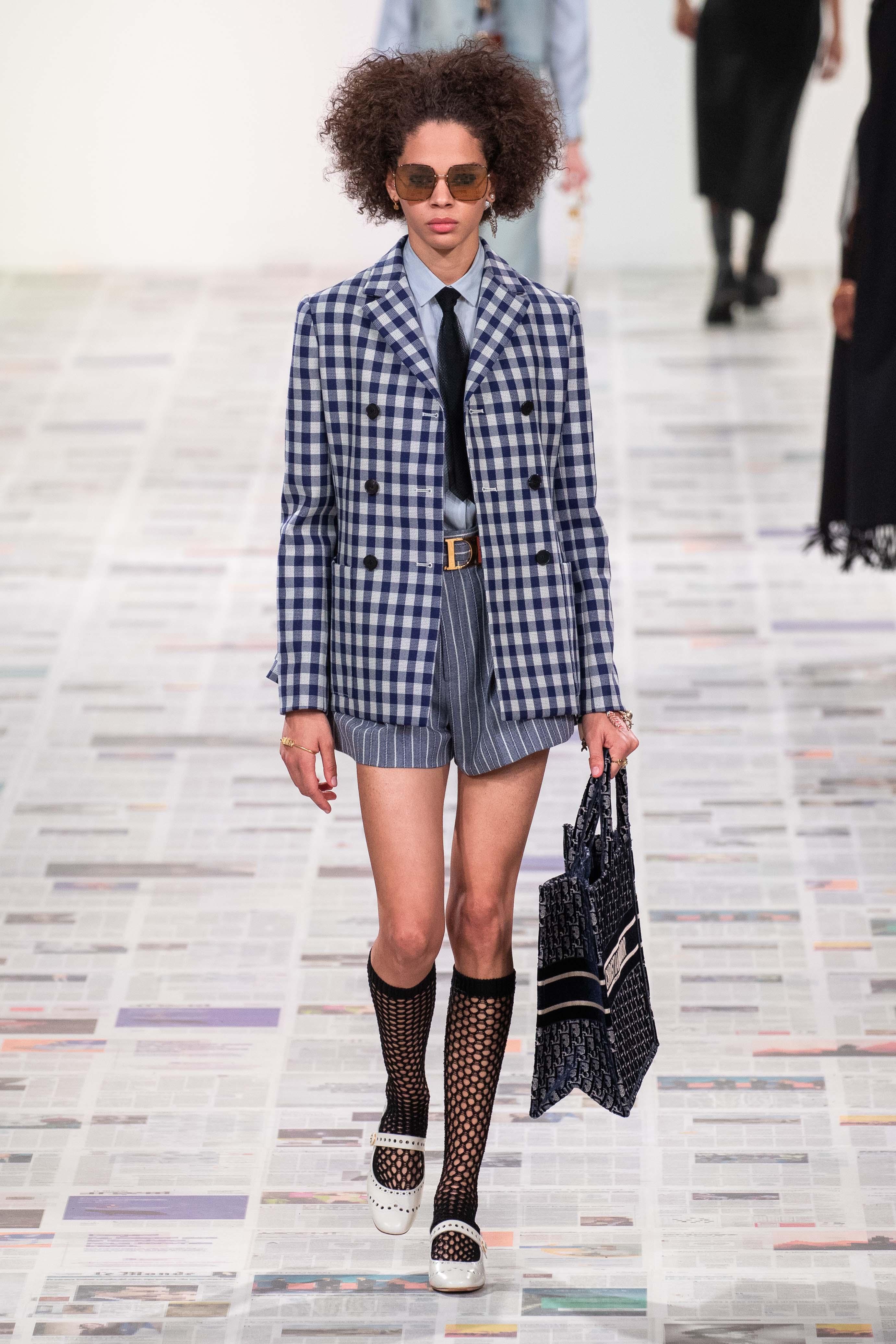 Áo caro màu trung tính xu hướng thời trang tại các sàn diễn