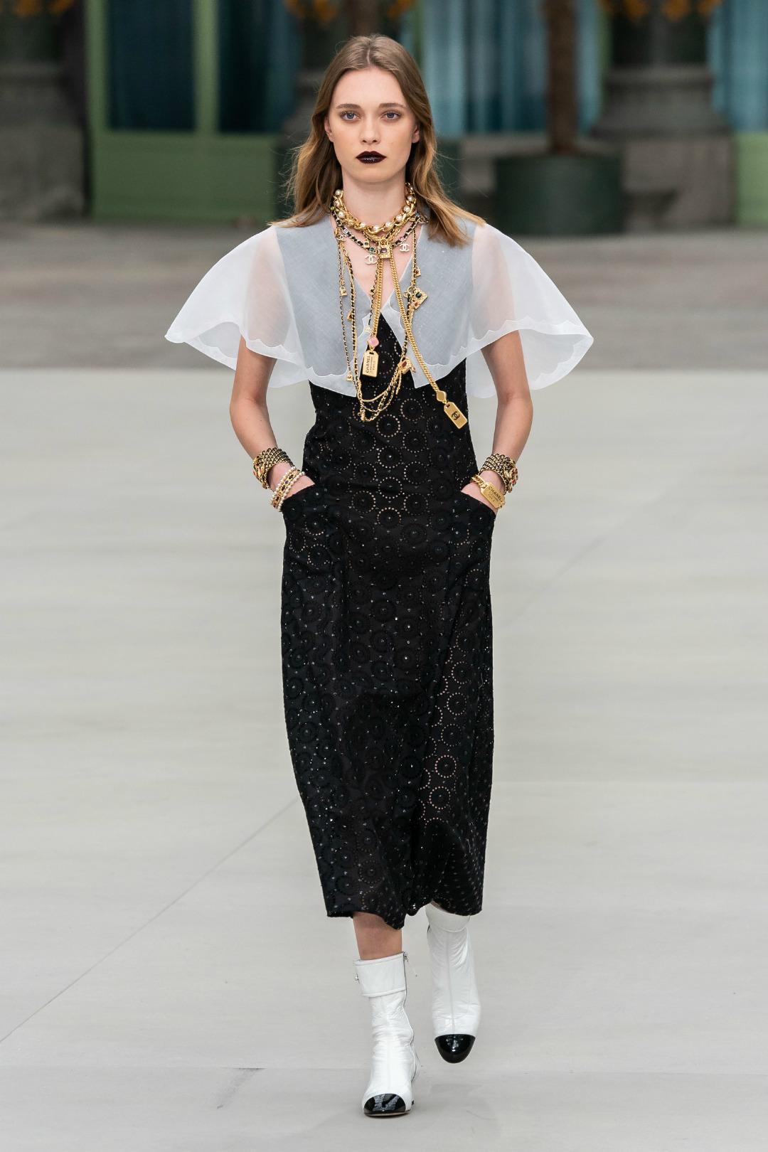 Cổ áo bản lớn Chanel