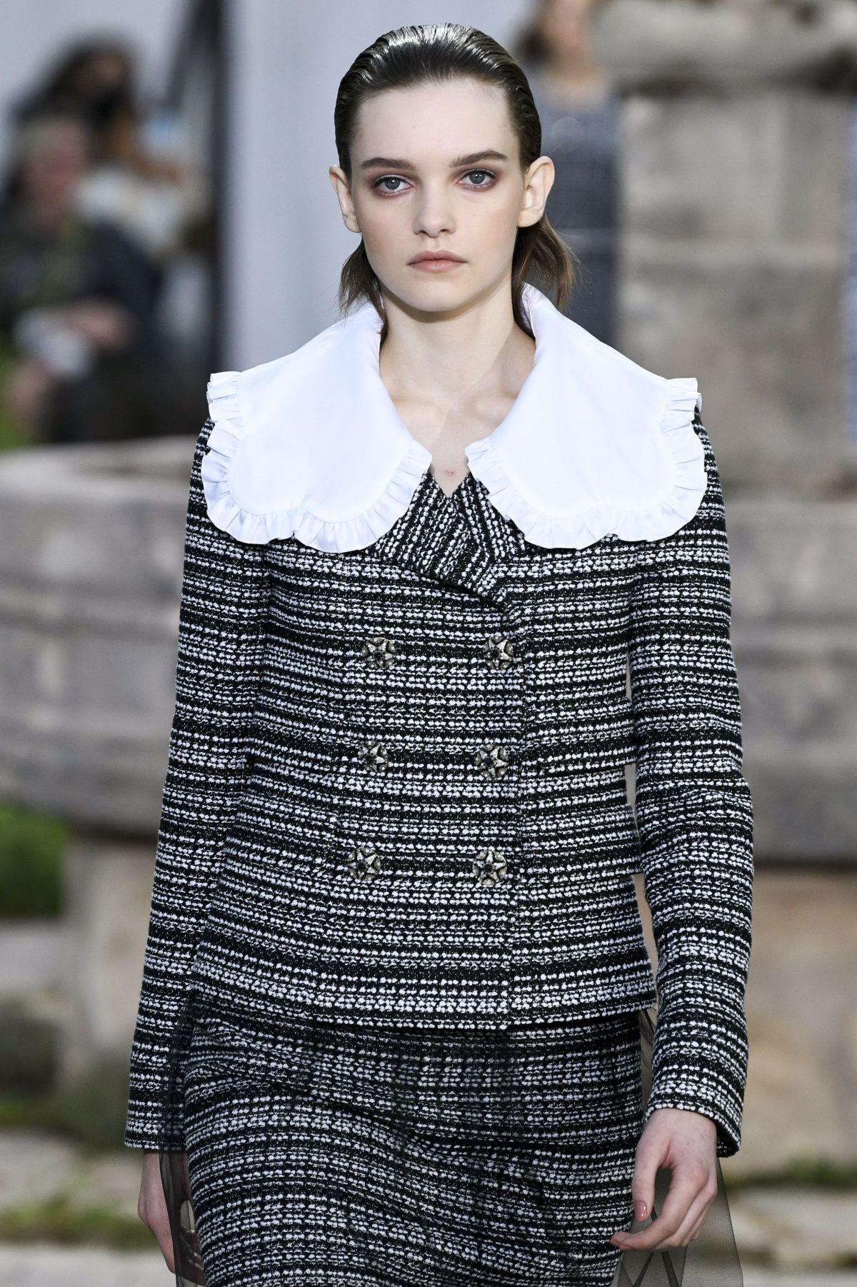 Cổ áo Peterpan phối ren Chanel