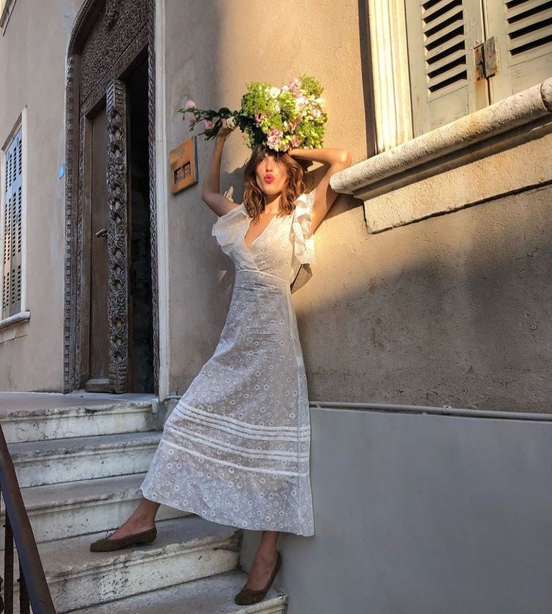 Giày búp bê đính nơ phối cùng váy trắng mang phong cách của những cô gái Pháp