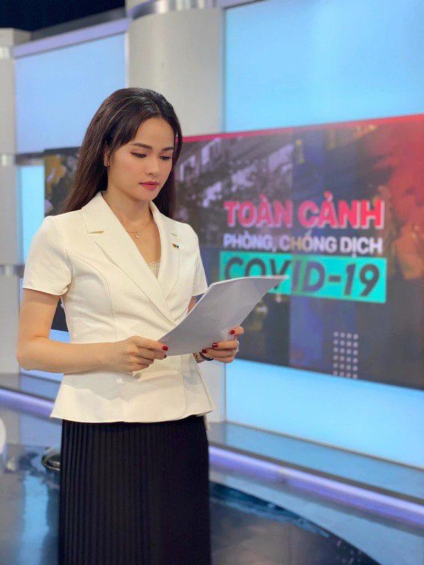 Kiểu chân váy được biên tập viên Thu Hương ưa chuộng - Ảnh 2.