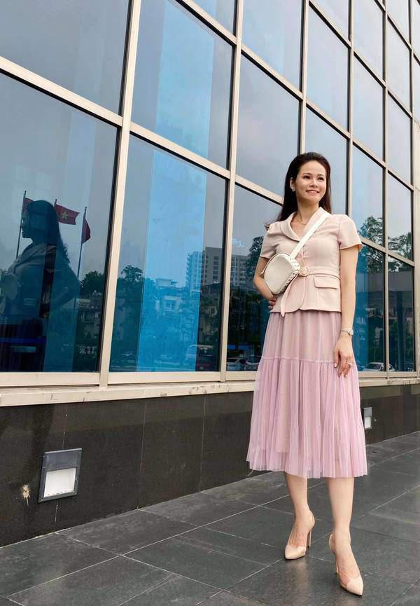 Kiểu chân váy được biên tập viên Thu Hương ưa chuộng - Ảnh 4.