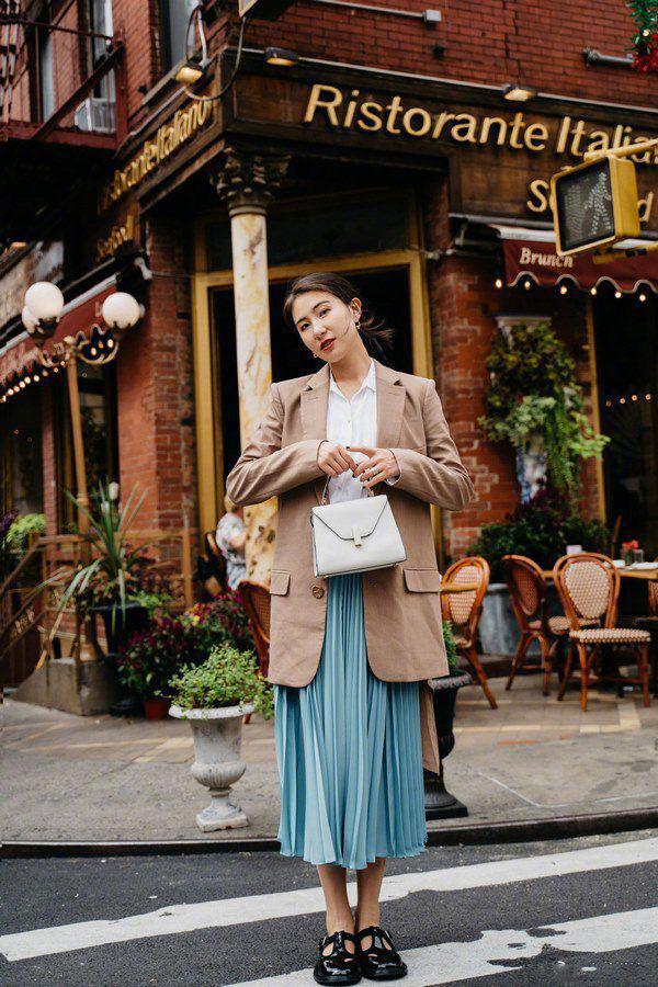 Kiểu chân váy được biên tập viên Thu Hương ưa chuộng - Ảnh 9.