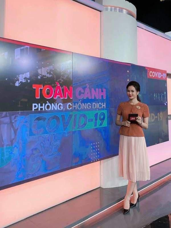 Kiểu chân váy được biên tập viên Thu Hương ưa chuộng - Ảnh 1.